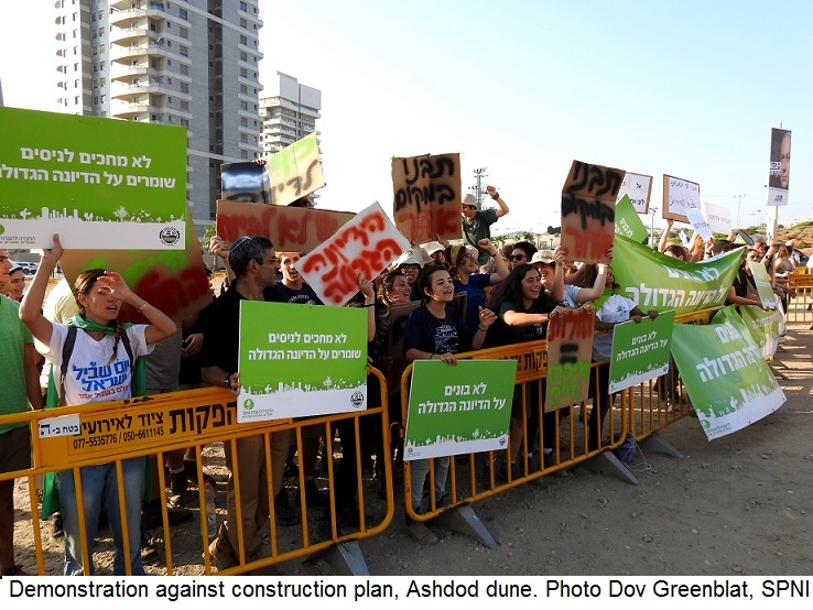 IDemonstration against construction plan, Ashdod dune. Photo Dov Greenblat, SPNI